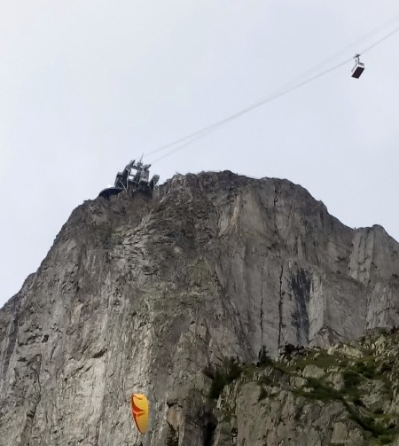 Paraglider and cable car at Brevent